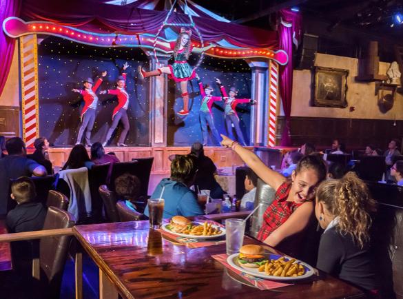 4. Un dîner et un spectacle   Devenir le restaurant le plus visité de la rue